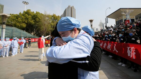 Медицинский работник из города Ухань прощается с коллегой из Цзянсу - Sputnik Азербайджан