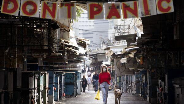 Девушка с собакой под плакатом с призывом не паниковать в Израиле  - Sputnik Азербайджан