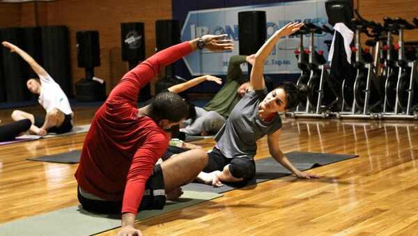 Пара делает гимнастические упражнения, фото из архива - Sputnik Азербайджан