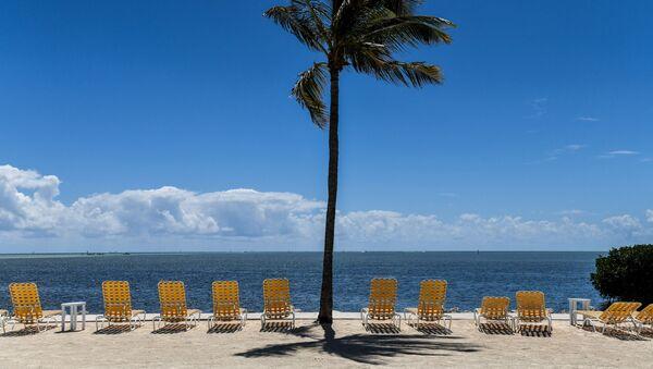 Пустые шезлонги на курорте во Флорида-Кис, закрытом для посетителей во время вспышки коронавируса  - Sputnik Azərbaycan