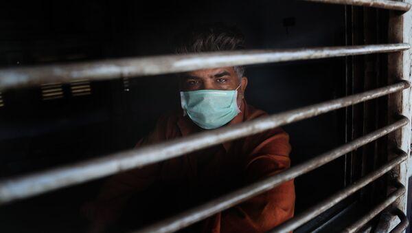 Мужчина в медицинской маске, фото из архива - Sputnik Азербайджан