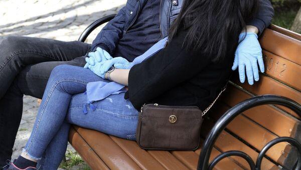 Молодые люди в медицинских перчатках - Sputnik Azərbaycan