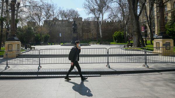 Мужчина в маске в Баку - Sputnik Azərbaycan