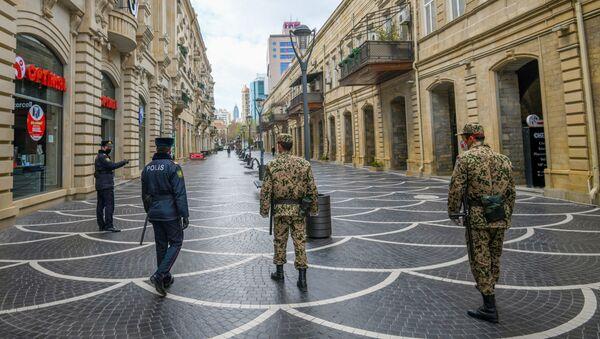 Военнослужащие внутренних войск и полицейские на центральных улицах в Баку - Sputnik Азербайджан