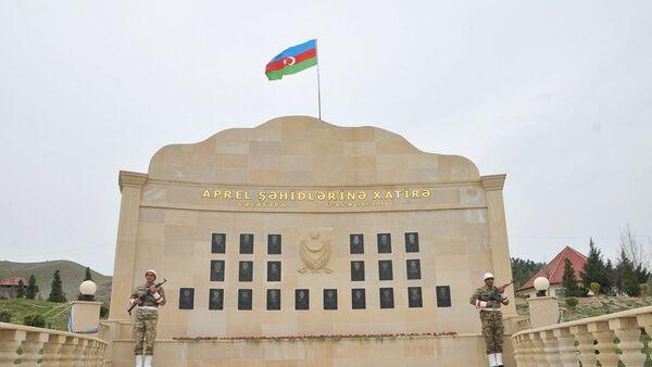 Мемориальная доска посвященная апрельским боям, фото из архива - Sputnik Азербайджан