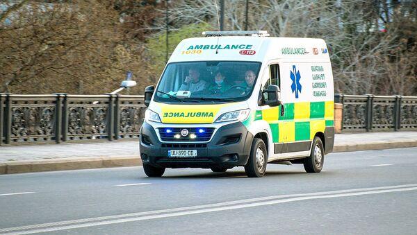 Машина медицинской скорой помощи на улице Тбилиси. - Sputnik Азербайджан