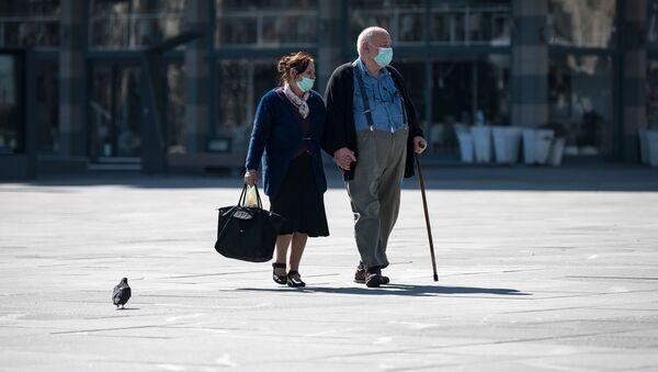 Пожилая пара в масках на улице в Белграде - Sputnik Азербайджан