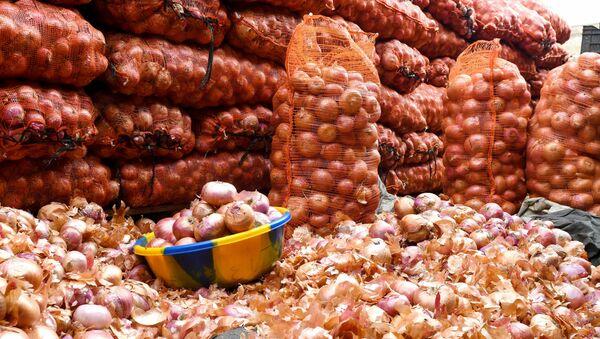Мешки с луком на рынке, фото из архива - Sputnik Азербайджан