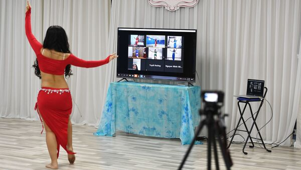 Преподаватель танцев во время онлайн урока, фото из архива - Sputnik Азербайджан