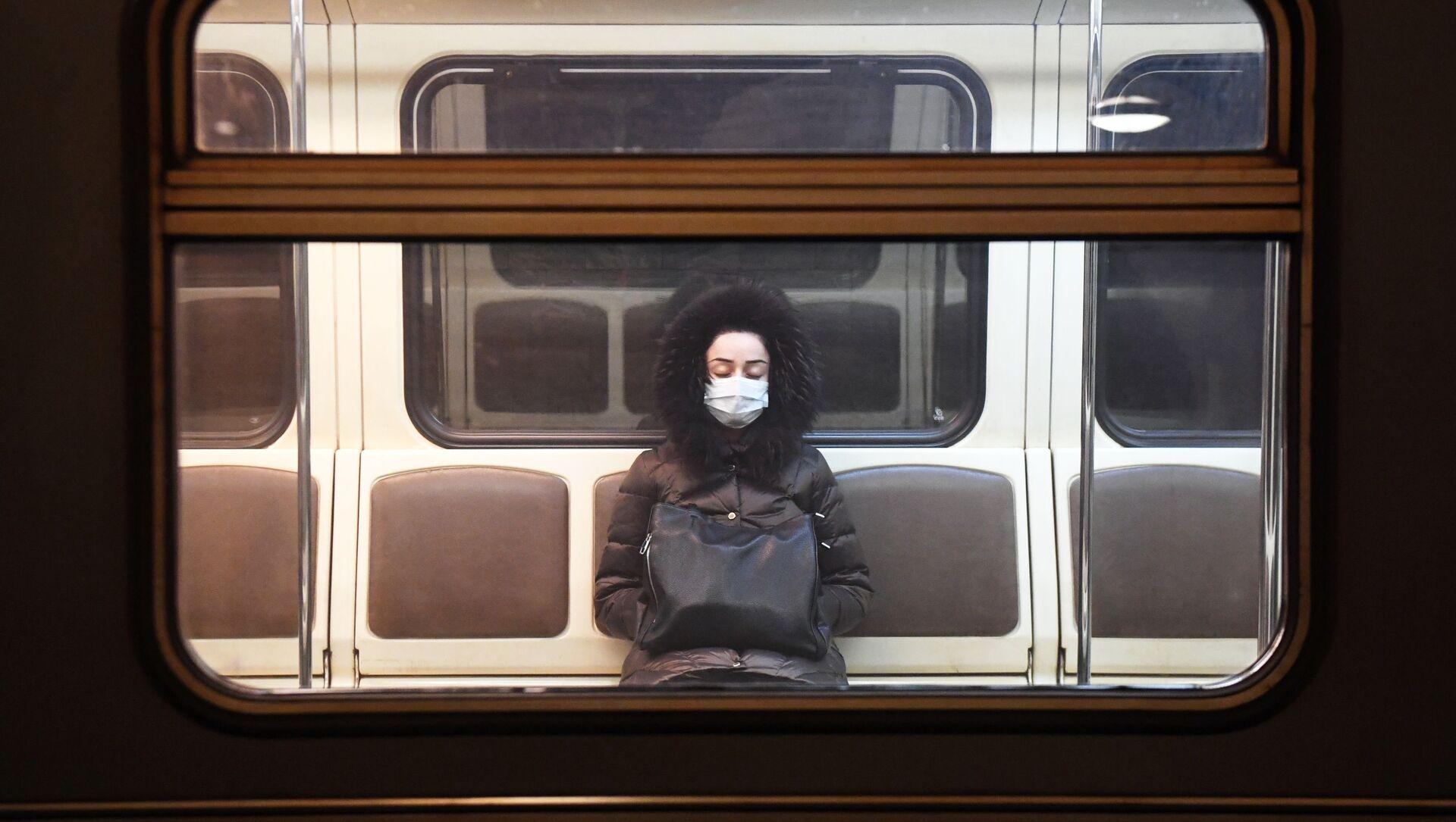 Девушка в вагоне метрополитена, фото из ахива - Sputnik Азербайджан, 1920, 02.08.2021