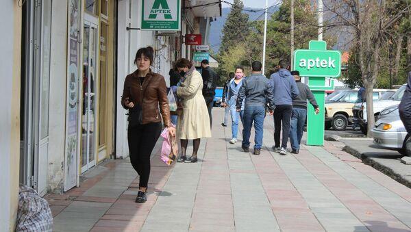 Люди рядом с аптекой, фото из архива - Sputnik Азербайджан