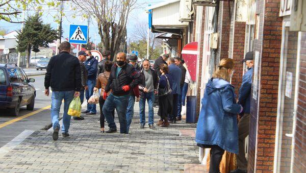 Люди у банкомата, фото из архива - Sputnik Azərbaycan