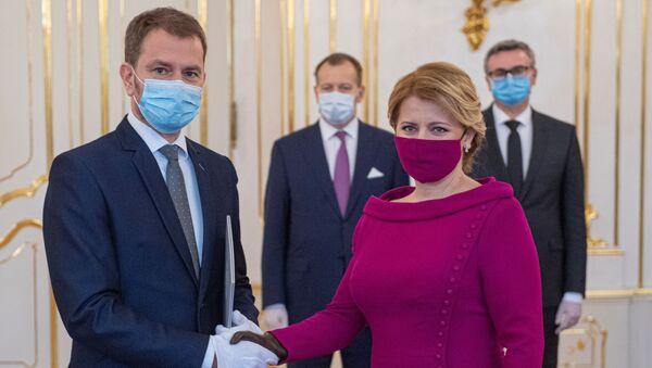 Президент Словакии Зузана Чапутова и премьер-министр Словакии Игорь Матович в медицинских масках - Sputnik Азербайджан