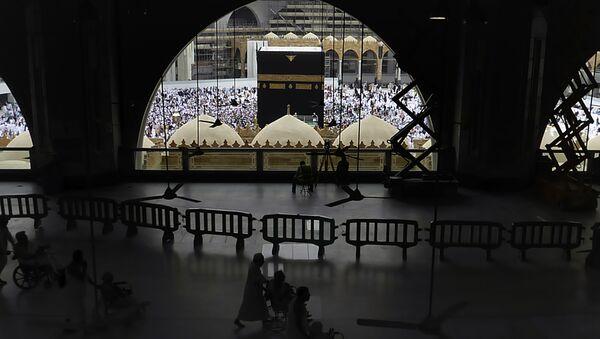 Мусульманские паломники совершают обход вокруг Каабы, фото из архива - Sputnik Азербайджан