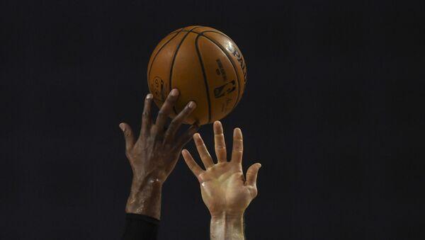 Баскетболисты борются за мяч, фото из архива - Sputnik Азербайджан