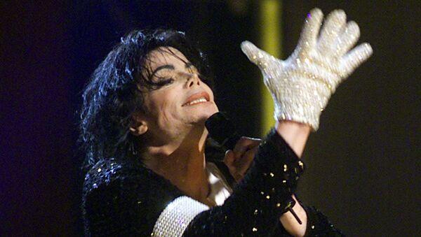 Майкл Джексон в белой перчатке во время концерта в Мэдисон Сквер Гарден в Нью-Йорке - Sputnik Азербайджан