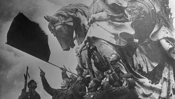 Солдаты батальона под командованием капитана Степана Неустроева салютуют на крыше Рейхстага - Sputnik Азербайджан