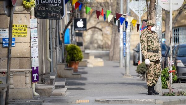 Военнослужащий внутренних войск на одной из улиц в Баку, фото из архива - Sputnik Азербайджан