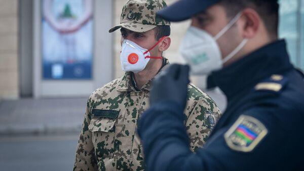 Военнослужащий внутренних войск и полицейский, фото из архива - Sputnik Азербайджан