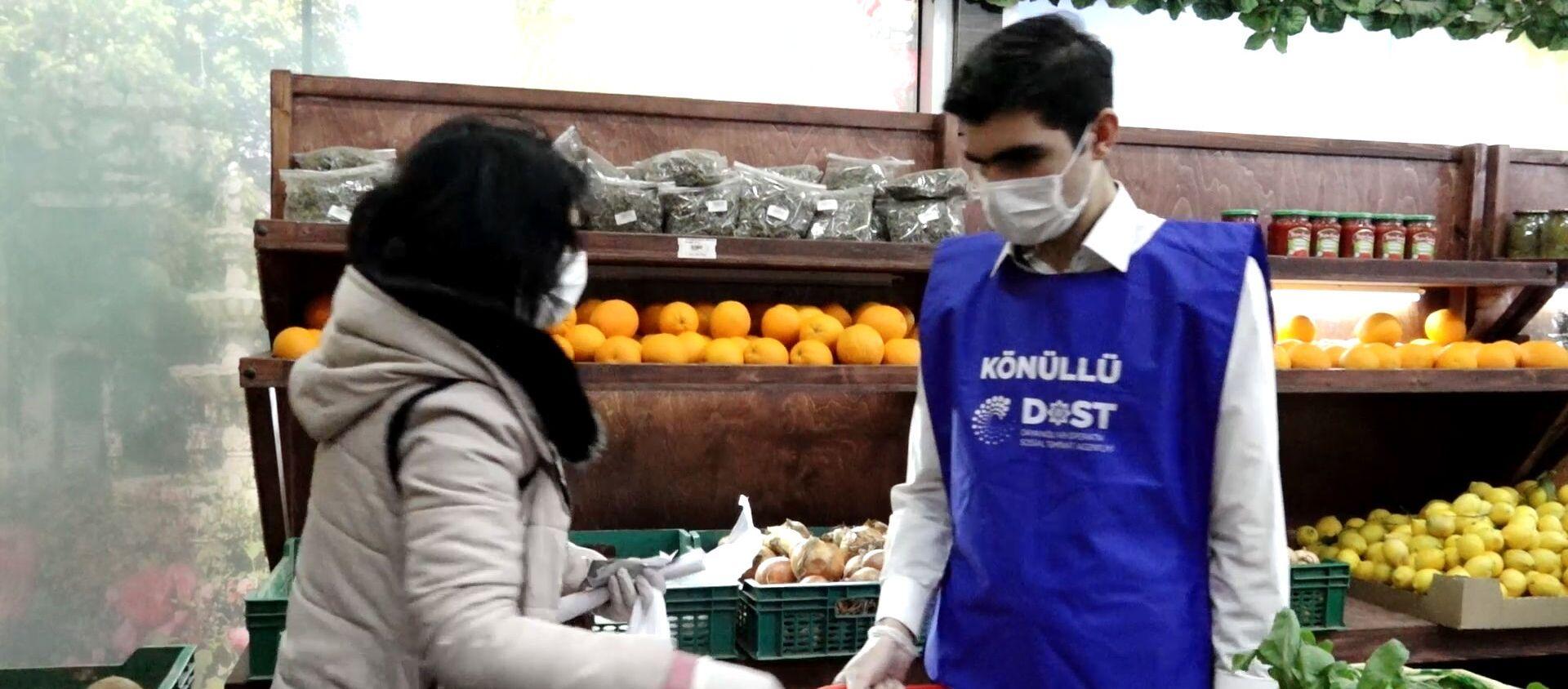 Как волонтеры помогают пожилым людям в Азербайджане во время пандемии - Sputnik Азербайджан, 1920, 09.04.2020