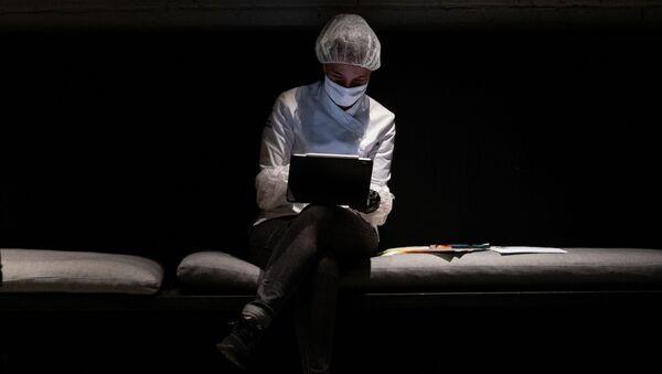 Мужчина в маске перед компьютером - Sputnik Азербайджан