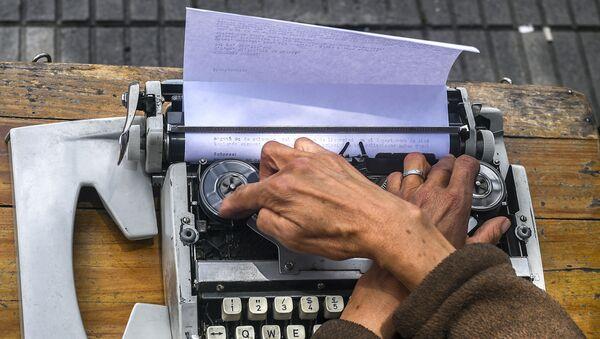 Мужчина печатает на машинке, фото из архива - Sputnik Азербайджан
