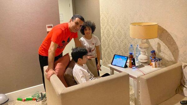 Ильяс Халилов вместе со своими сыновьями Гусейном и Али на карантине - Sputnik Азербайджан