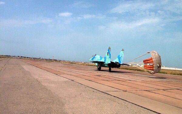 Летно-тактические учения с участием экипажей самолетов МиГ-29 и Су-25 - Sputnik Азербайджан