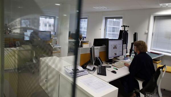 Журналистка в офисе, фото из архива - Sputnik Азербайджан