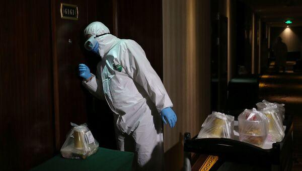Человек в костюме биозащиты в одном из отелей. фото из архива - Sputnik Азербайджан