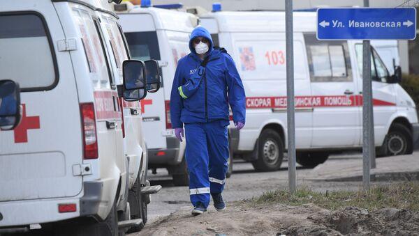 Медицинский работник возле здания Федерального клинического центра в  Москве, фото из архива - Sputnik Азербайджан