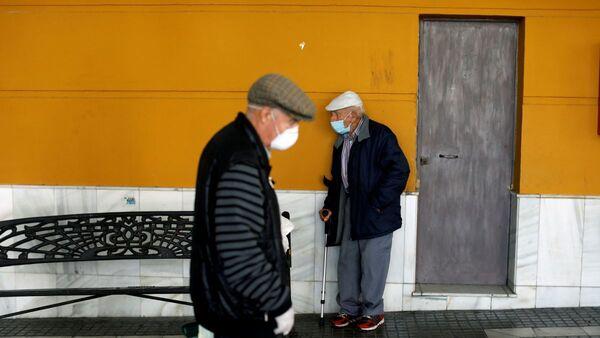 Пожилые люди в масках, фото из архива - Sputnik Azərbaycan