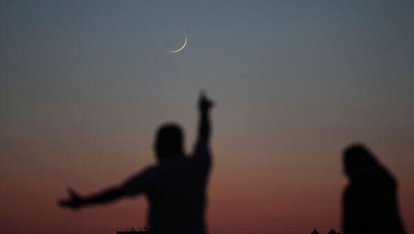 Луна в форме полумесяца, фото из архива - Sputnik Azərbaycan