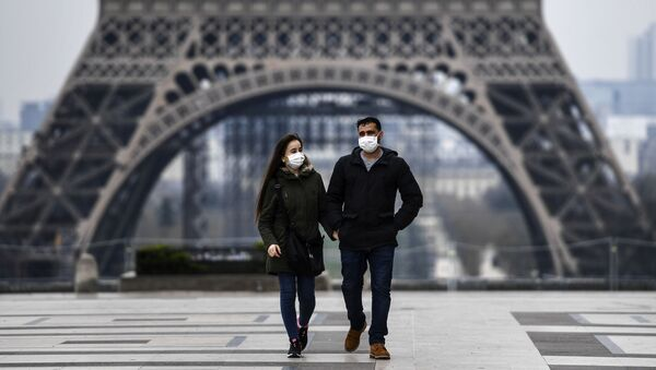 Пара в защитной маске гуляет возле Эйфелевой башни - Sputnik Азербайджан