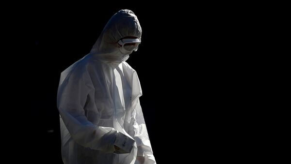 Медик в костюме биозащиты, фото из архива  - Sputnik Azərbaycan