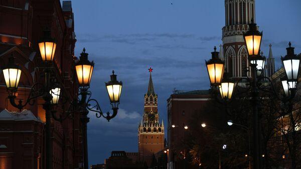 Фонари на Охотном ряду и Спасская башня Московского Кремля с вечерней подсветкой, фото из архива - Sputnik Azərbaycan