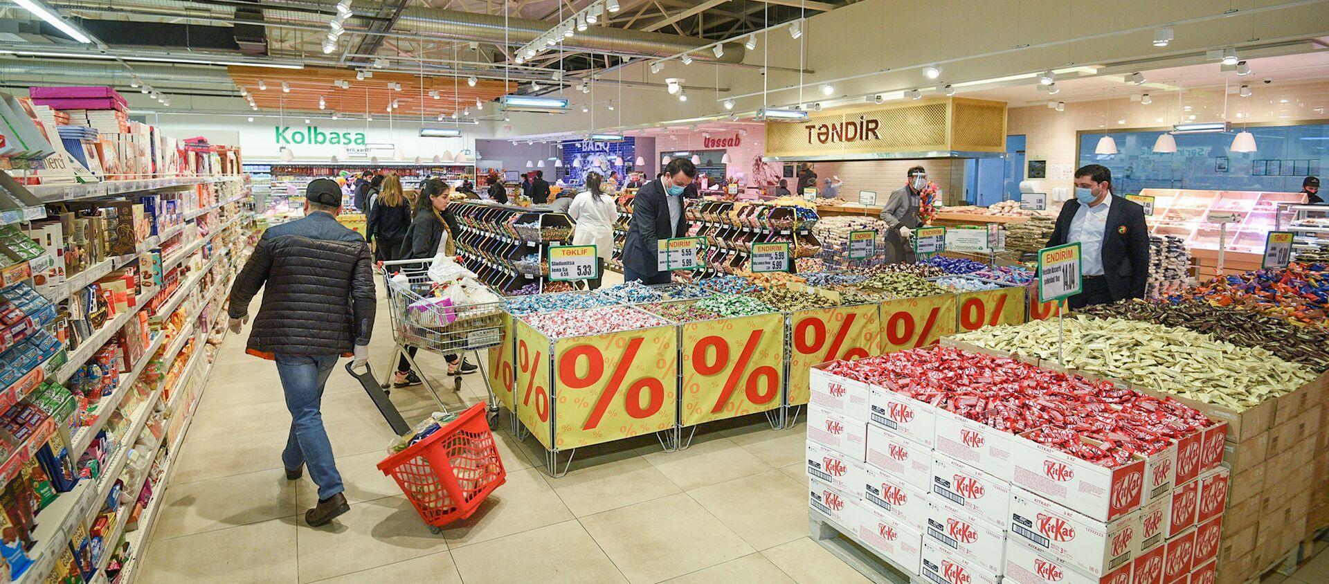 Работа супермаркета в период карантинного режима - Sputnik Азербайджан, 1920, 25.04.2021