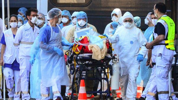 Медицинский работники в Франции перевозят пациента с COVİD-19, фото из архива  - Sputnik Азербайджан