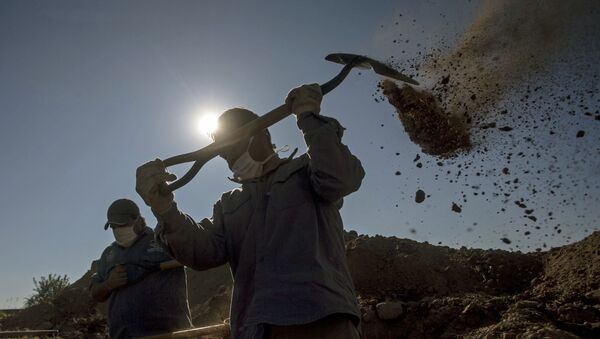 Работники кладбища копают могилы для погибших от коронавируса, фото из архива - Sputnik Азербайджан