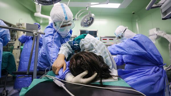 Зараженная коронавирусом беременная женщина в операционной - Sputnik Азербайджан