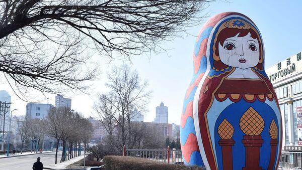 Гигантская статуя русской матрешки в городе Суйфэньхэ провинции Хэйлунцзян Китая - Sputnik Азербайджан