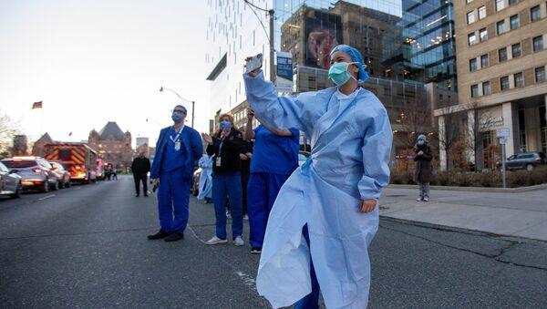 Медицинские работники делают снимки в Торонто - Sputnik Азербайджан
