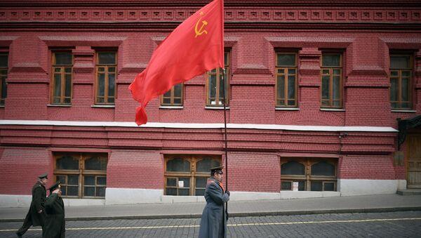 Участники шествия с флагом СССР у Кремлевской стены в Москве - Sputnik Азербайджан
