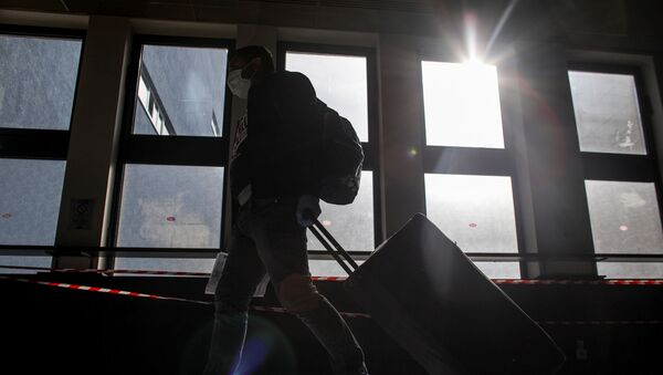 Пассажир с багажом в аэропорту, фото из архива - Sputnik Азербайджан