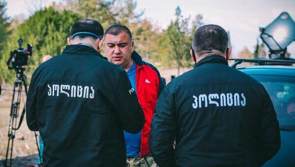 Сотрудники патрульной полиции проверяют документы у жителей на блокпосту в Марнеули - Sputnik Азербайджан