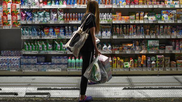 Женщина у прилавка в супермаркете, фото из архива - Sputnik Азербайджан