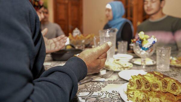 İlqar Mustafayev ailəsi ilə birgə orucluğun ilk duasını edir - Sputnik Азербайджан