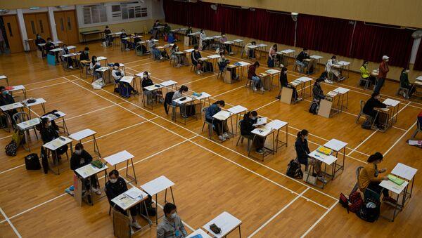 Студенты во время сдачи экзамена - Sputnik Азербайджан
