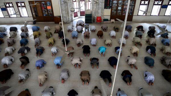 Мусульмане сохраняют дистанцию во время полуденной молитвы - Sputnik Azərbaycan