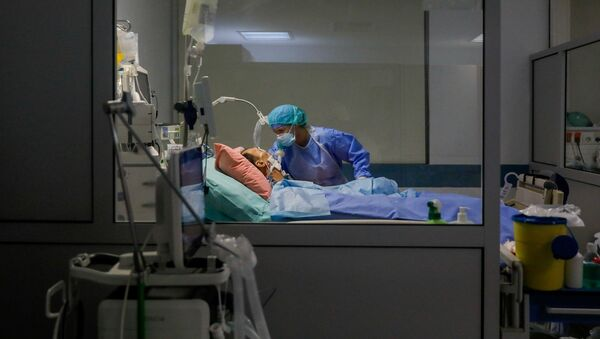 Пациент с COVİD-19 в отделение реанимации и интенсивной терапии, фото из архива - Sputnik Azərbaycan